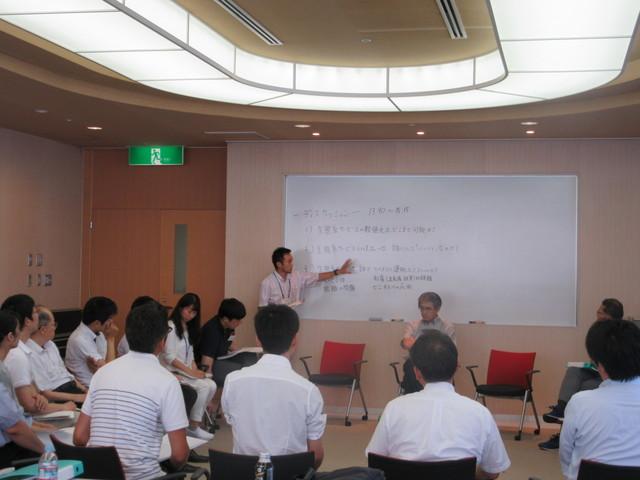 午後の講師との懇談。先ずは、武田チューターがディスカッション事項を整理してスタートしました。