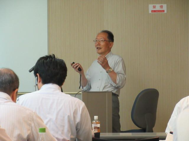 浦野先生の講義。化学物質の功罪についてご説明いただきました。